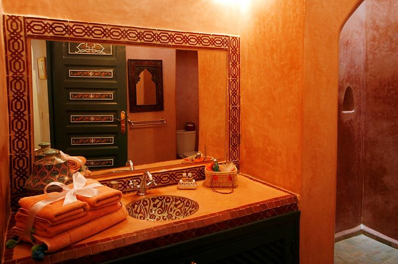 Riad dar al farah too maroc for Salle bain orientale